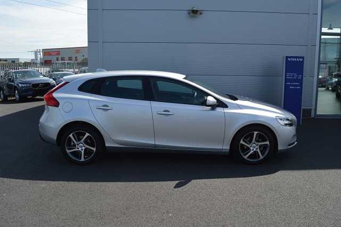Volvo V40 D2 ( Black leather seats , Heated seats, Parking camera , Active TFT display )